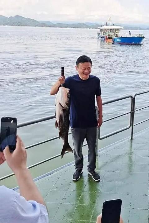 马云携阿里高管千岛湖观鱼:与18斤大鱼合影