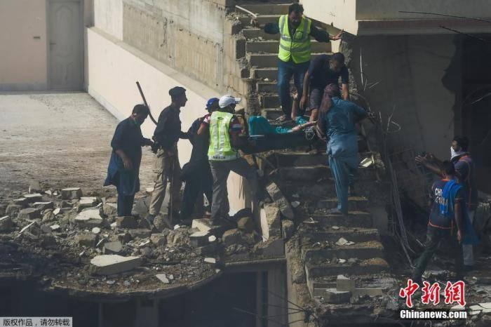 巴媒:巴基斯坦坠机事件致97人死亡 两人幸存