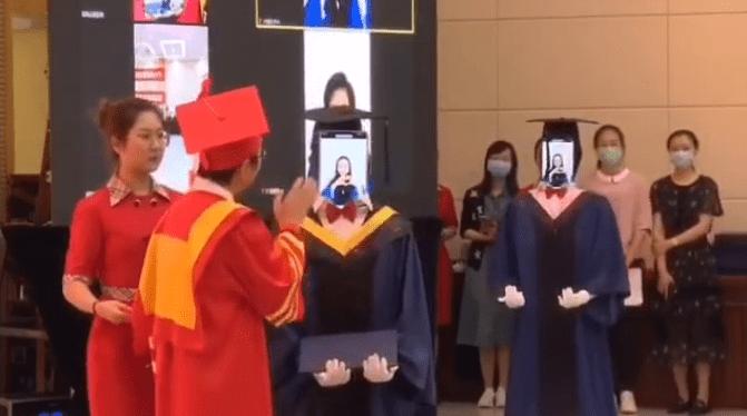 南邮研究生毕业典礼机器人代替十学生拨穗领学位证!学生参与制作