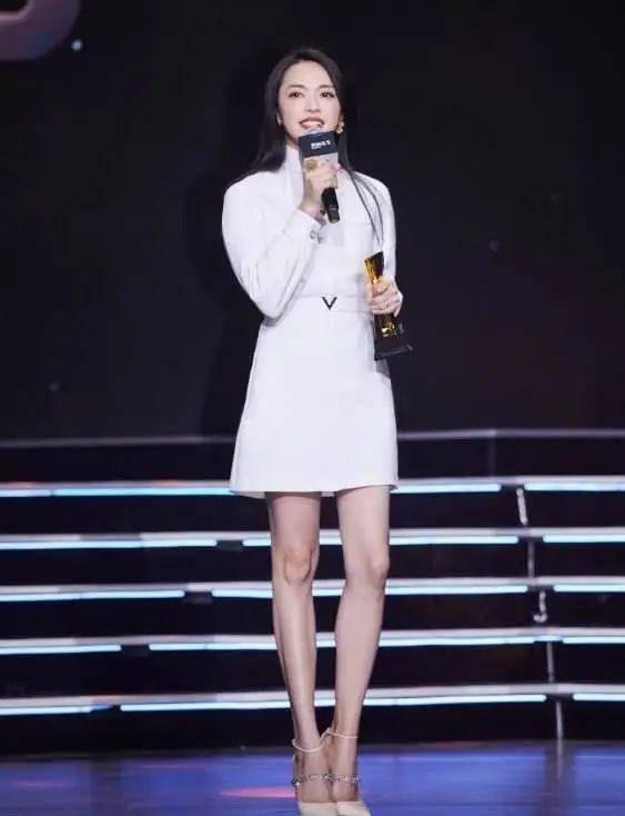 姚晨40岁也不年轻了,光看打扮和腿,把她认成20岁姑娘都可能!
