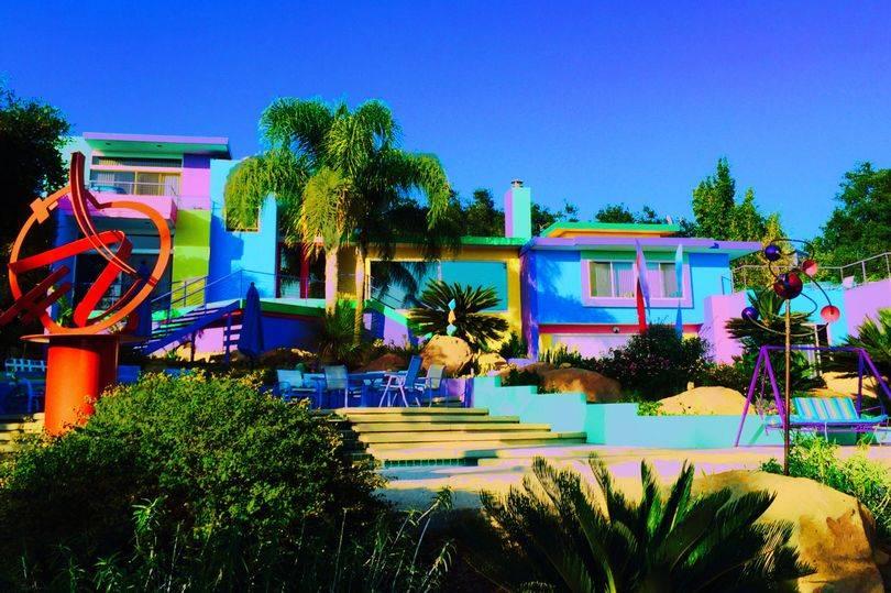 """美国艺术家把海景别墅变成""""彩虹天堂""""却惹怒邻居"""