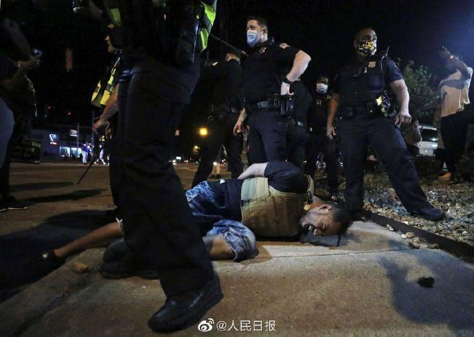 """涉事白人警察被控""""过失杀人"""",数十个美国城市爆发示威"""