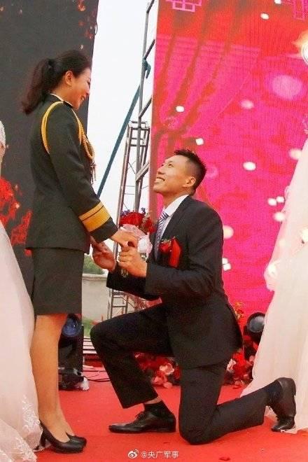 """野外驻训场,CBA男篮队员求婚陆军女""""枪王"""""""