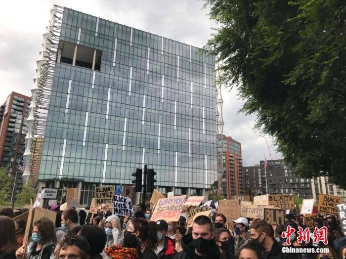 英极右分子示威酿冲突 首相:种族歧视无容身之所_伦敦特拉法加