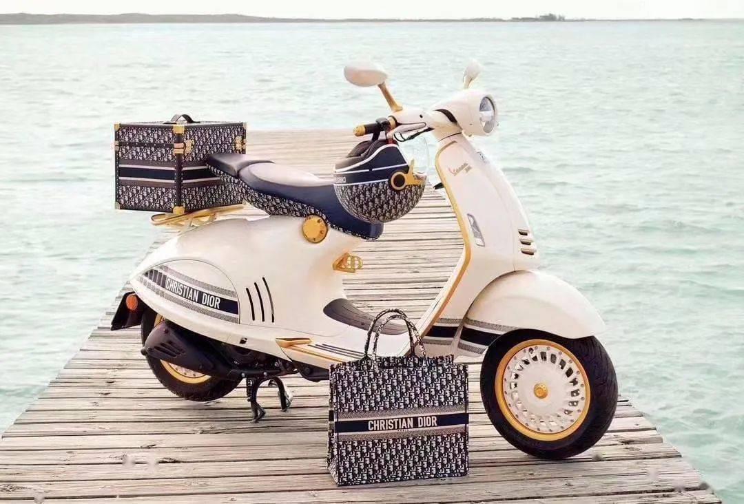 <strong>Vespa推出和Dior联名的限量版946踏板车,售</strong>