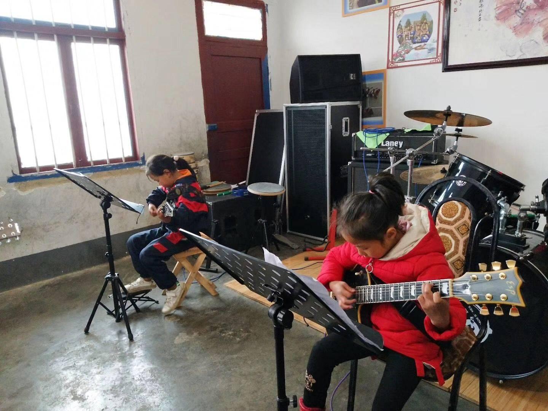 """貴州海拔最高村小的""""豪華""""音樂課"""
