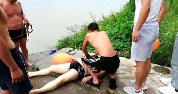 """""""不对头,那个人的头没抬起来!""""泸州七旬老人江泳溺水,幸好遇到他们"""