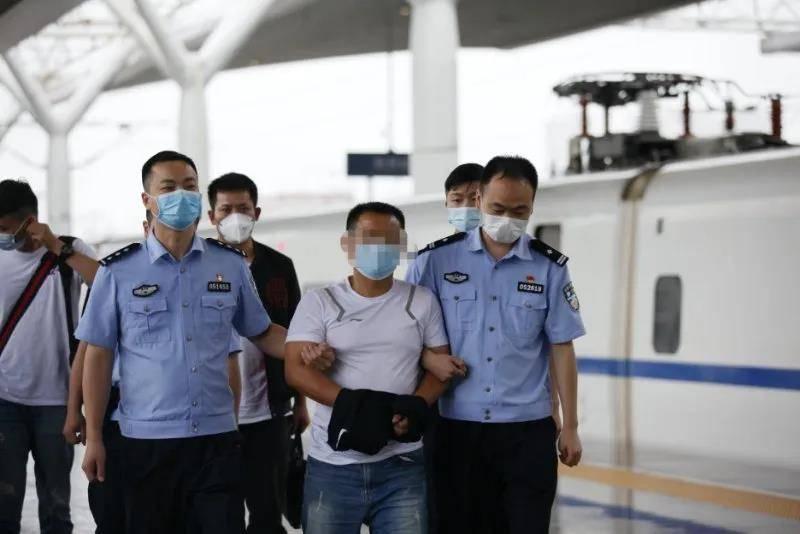 男子在湖北荆州邀人用猎枪杀人后潜逃,20年后在广东清远落网