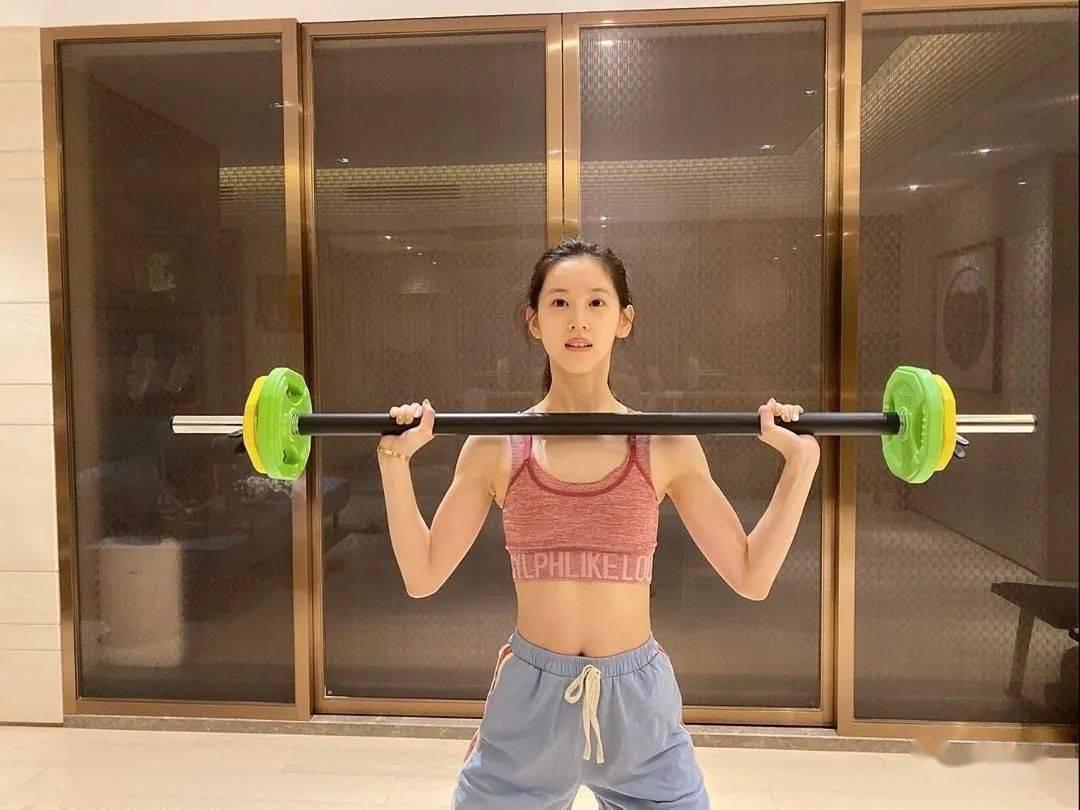 章泽天晒高强度撸铁照,健身后连老公都说不敢惹... 初级健身 第2张