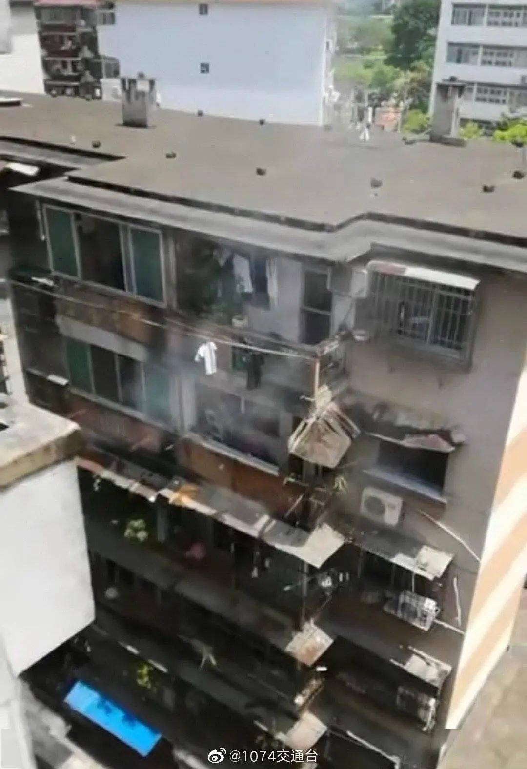 突发!南宁江南区一宿舍楼发生爆炸,一老人受伤送医【930新闻眼】