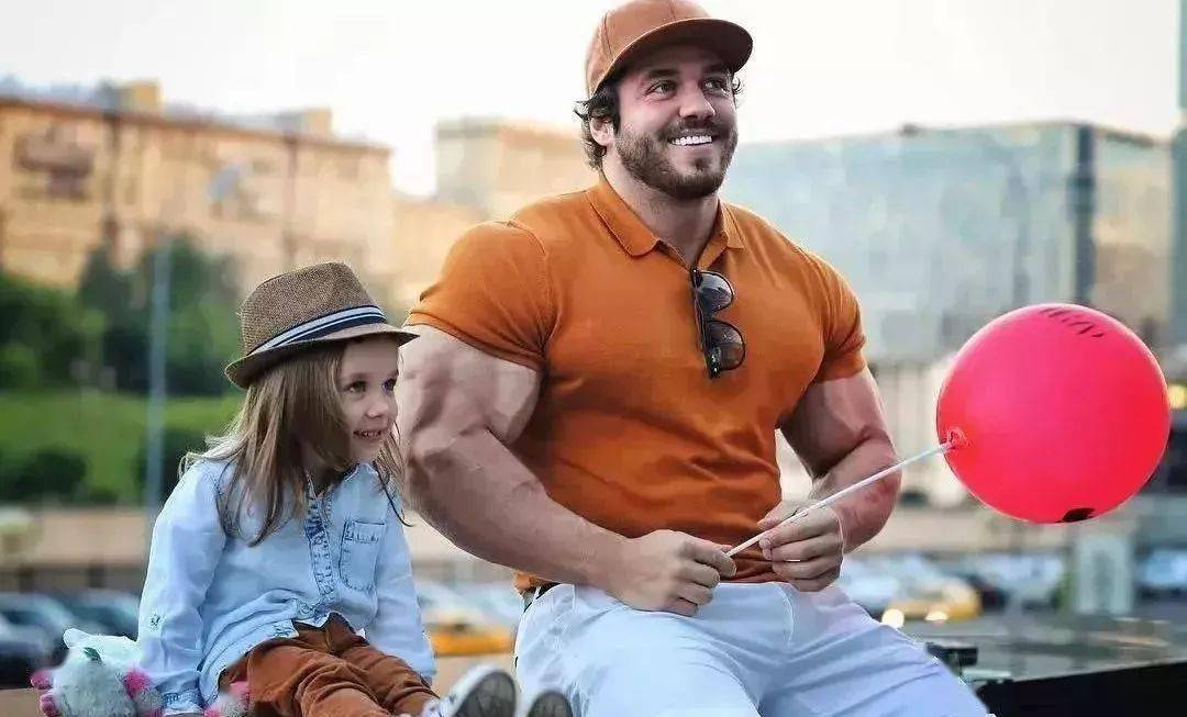 55cm臂围的肌肉硬汉,看了他的奶爸日常,我都想生娃了 初级健身 第2张