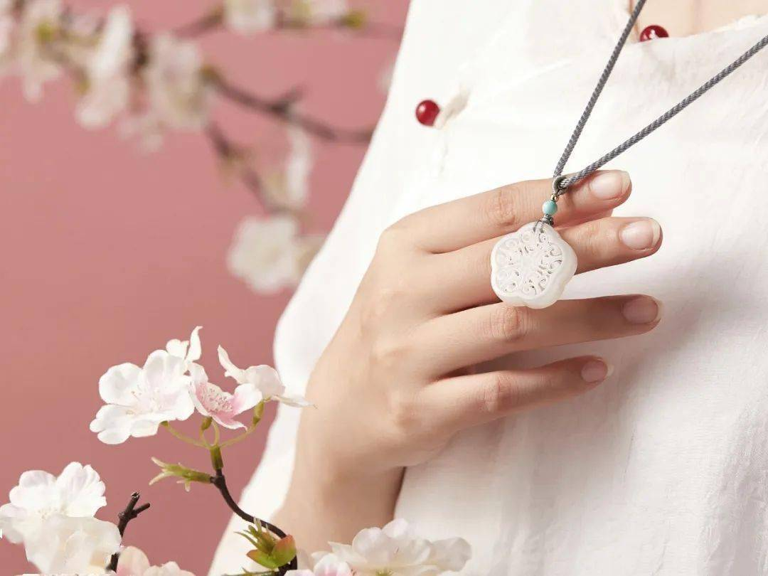 众筹丨羊脂白玉,镂空雕刻,一枚桃花香囊可传情