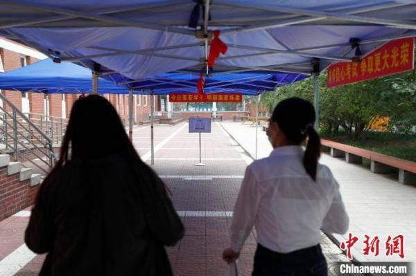 探访北京高考考点:考生间距1米以上 增设防疫副主考