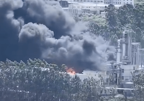 福建龙岩新罗区一新能源公司起火,已有百余消防员抵达现场
