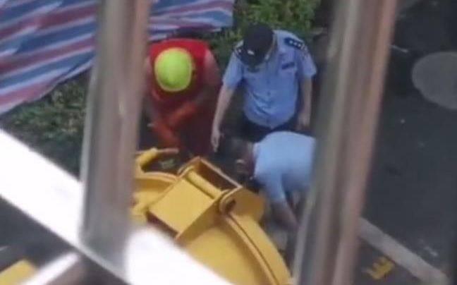 """杭州女子""""失踪""""案探访:警方清理涉案小区化粪池"""