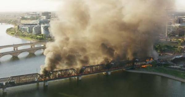 amd8650美国一运有危险品货运列车脱轨:铁路桥部分坍塌,燃起大火