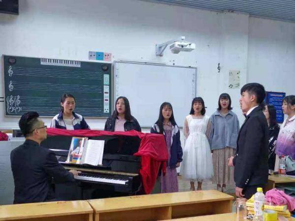 广东一老师退休前做了个决定:带着妈妈去云南支教