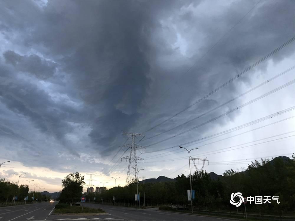 黑云压顶!北京延庆上空乌云翻滚如电影大片