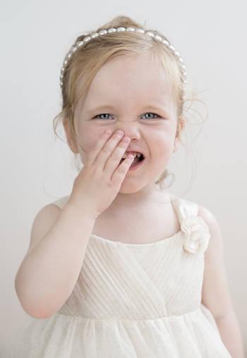 孩子到了这个年龄还爱吃手,必须纠正,否则影响颜值!