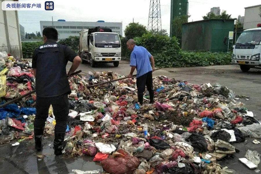 环卫工翻遍8吨垃圾找回学生丢失大学录取通知书