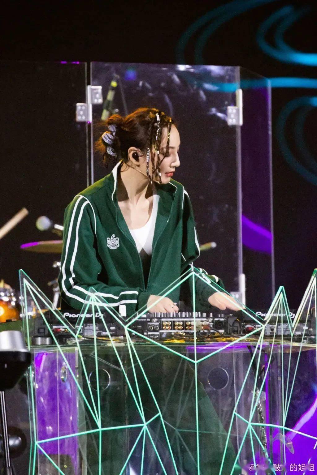 你只看到了郑希怡的唱跳?她的小脏辫不值得出圈吗!插图(1)