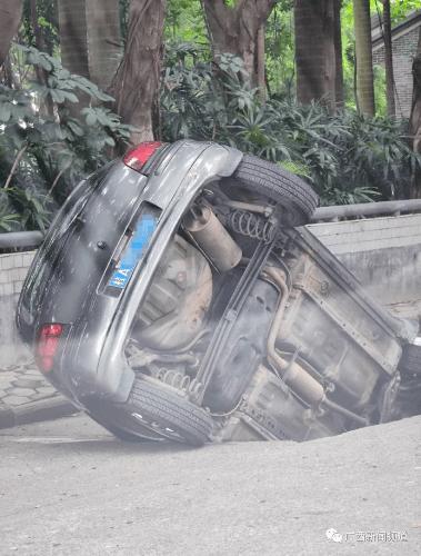 南宁麻村二街公路突然坍塌,一辆车被困在坑里