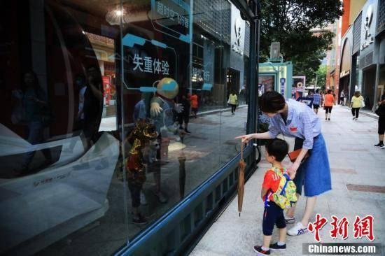 集装箱集市亮相上海吸引路人[图]