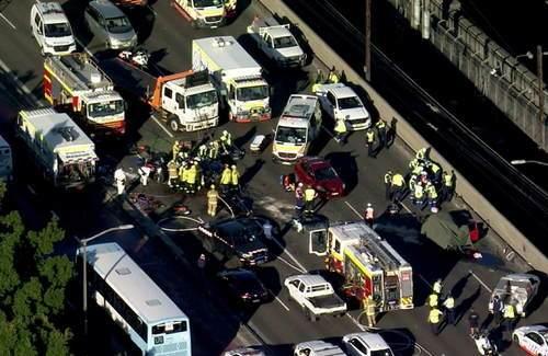 悉尼海港大桥因车祸紧急关闭 致1人死亡多人受伤