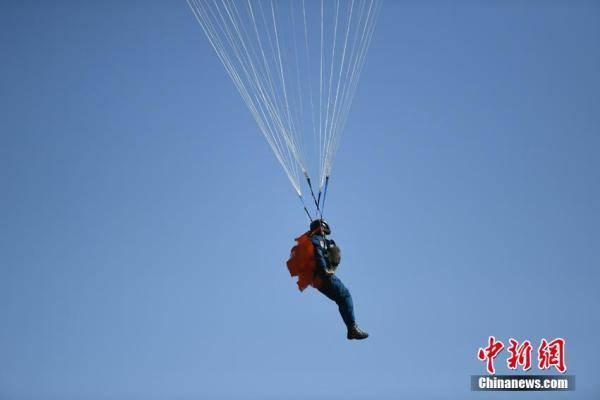 空军|飒!空军第十二批女飞行学员完成首次跳伞