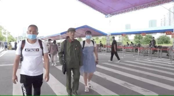 这位70岁的老兵把孙女送到军校,门口的