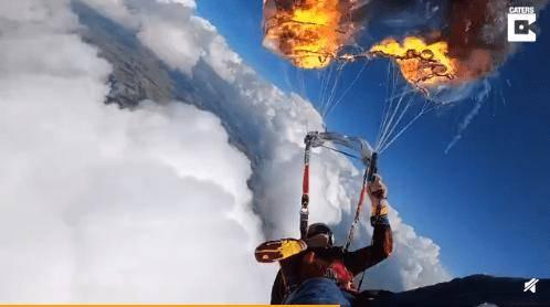 惊险!跳伞男子7000英尺高空点燃降落伞网友:把鲁莽当勇敢