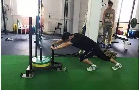 46岁吴京曝近照,八块腹肌变成一块啤酒肚!网友:硬汉人设崩塌?_动作