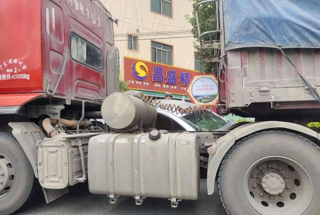 梅州环城路一辆大货车与一辆小轿车相撞