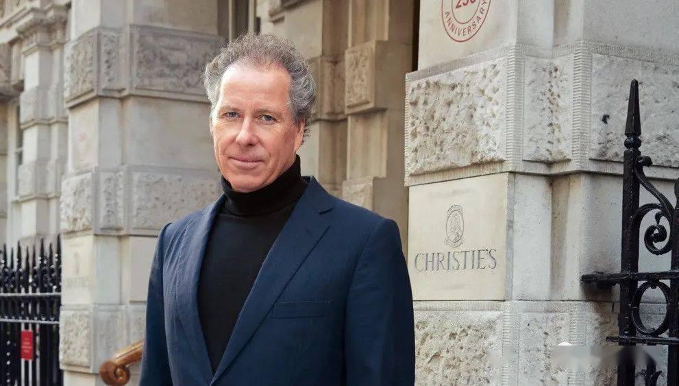 玛格丽特公主的儿子,也是英国佳士得拍卖行的前任主席David Armstrong-Jones在上班时的样子,面料精良得体,但款式又很随意。