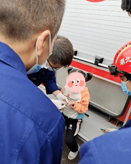 随州一5岁女孩不慎将铝制圈套入手指无法取下,长岗派出所协助消防顺利取出