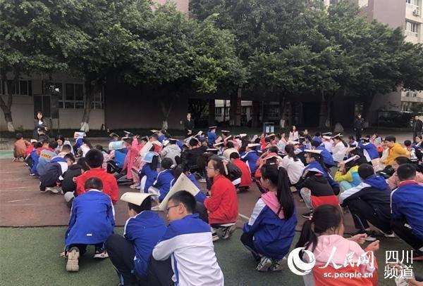 """成都都江堰地震 """"大喇叭""""助中小学师生紧急疏散"""