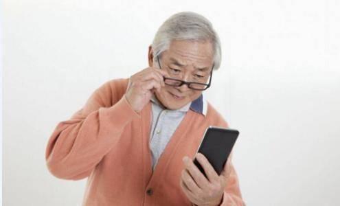 """上了年纪开始""""老花眼"""",用几个办法可以延缓眼睛衰老,不要忽视"""