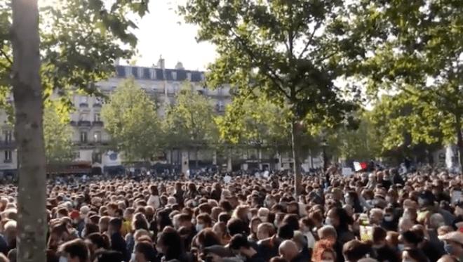 """法国多地集会声援被""""斩首""""教师:我们不会害怕"""