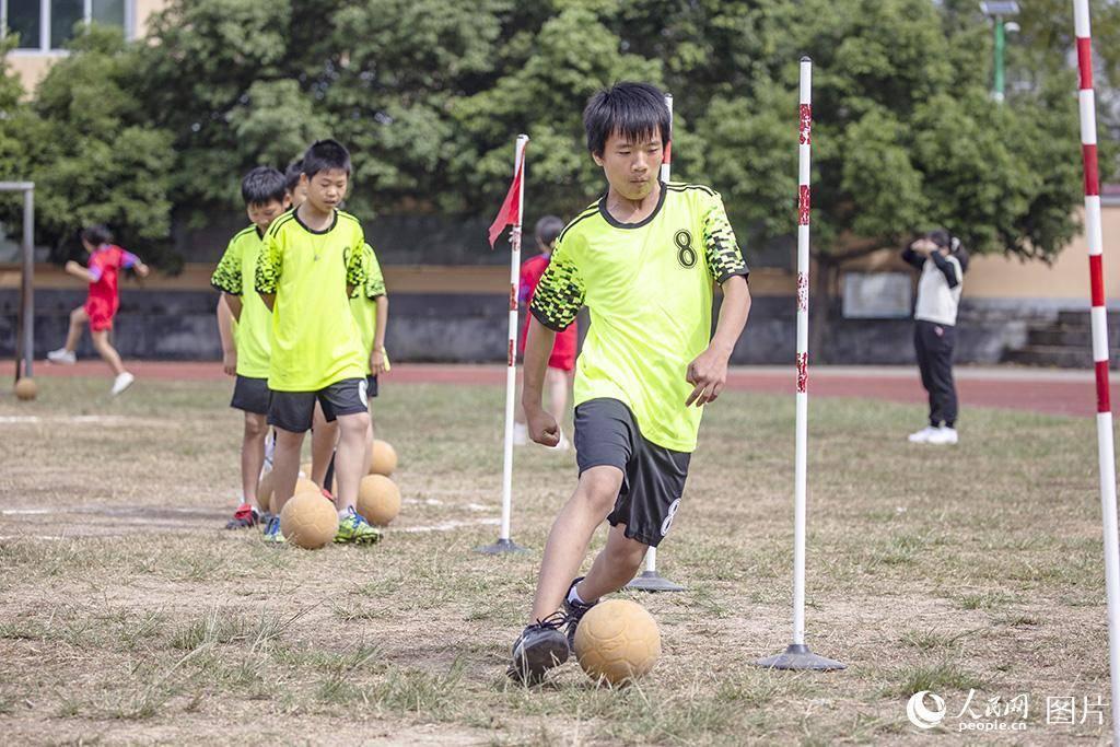 小学足球队的孩子们