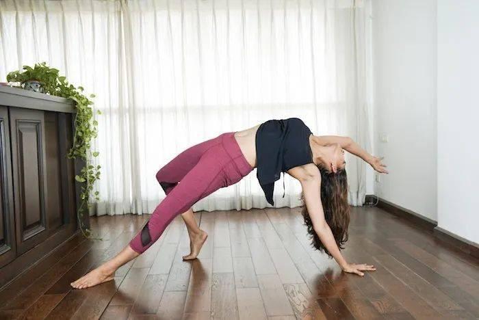 一个瑜伽体式,常练开胸又美背,让你越练越美!_核心