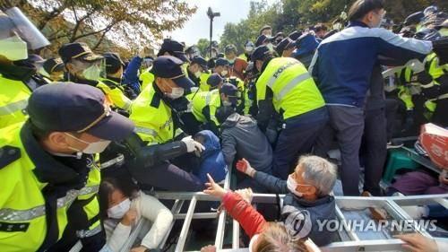 """恒达注册韩军向""""萨德""""基地运施工装备 警民发生冲突 (图1)"""