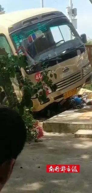 突发!三亚一公交车冲向人行道,两人被卷入车底!
