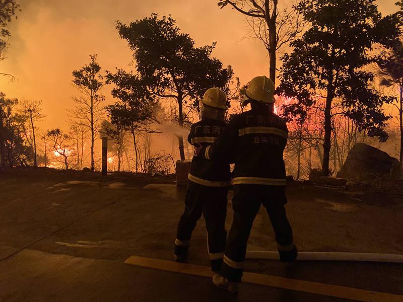 汕头南澳县森林火灾因风向骤变不断引发燃烧,正继续全力扑救