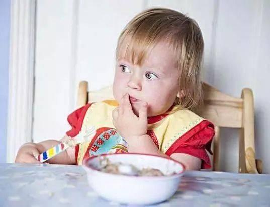 宝宝多大的时候,可以练习自己吃饭呢?
