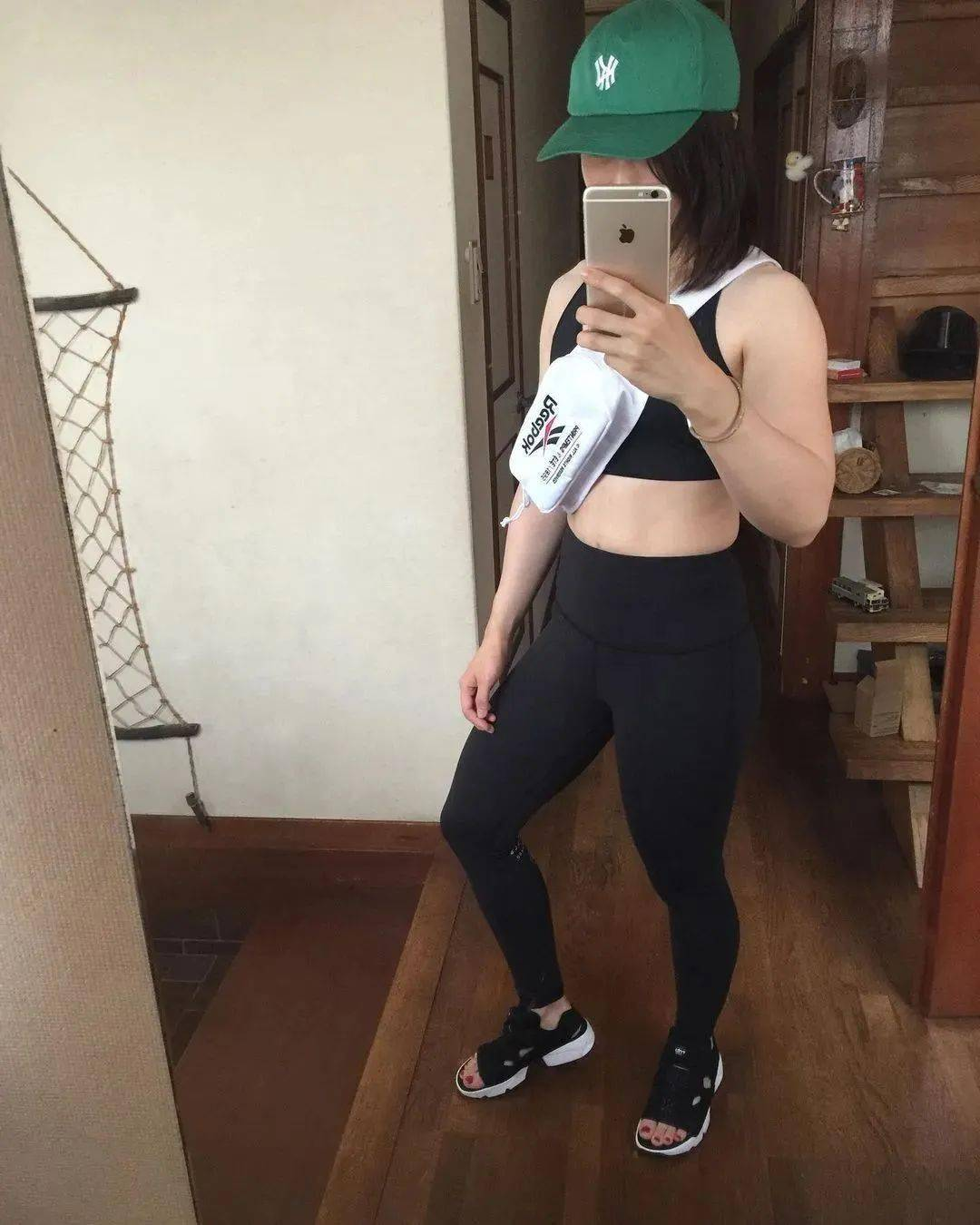 日本妹子不穿上衣直播健身,引来千万网友围观,这力量不得不服!