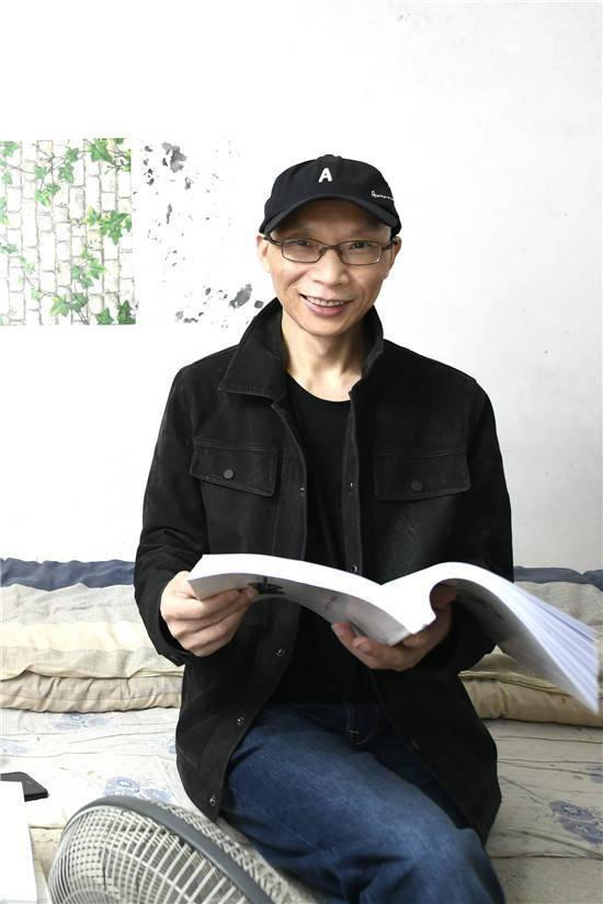 黎智英妻儿收押所外当场下跪 给黎送上一本《忏悔书》