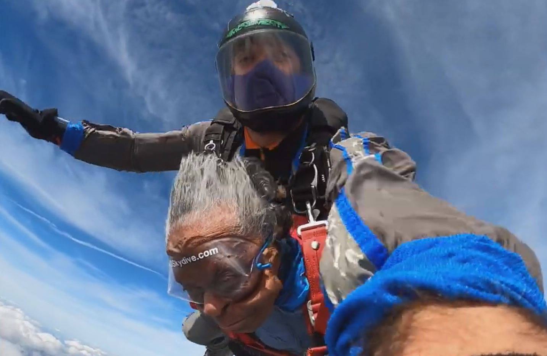 老人完成1万英尺高空跳伞为自己102岁生日庆生