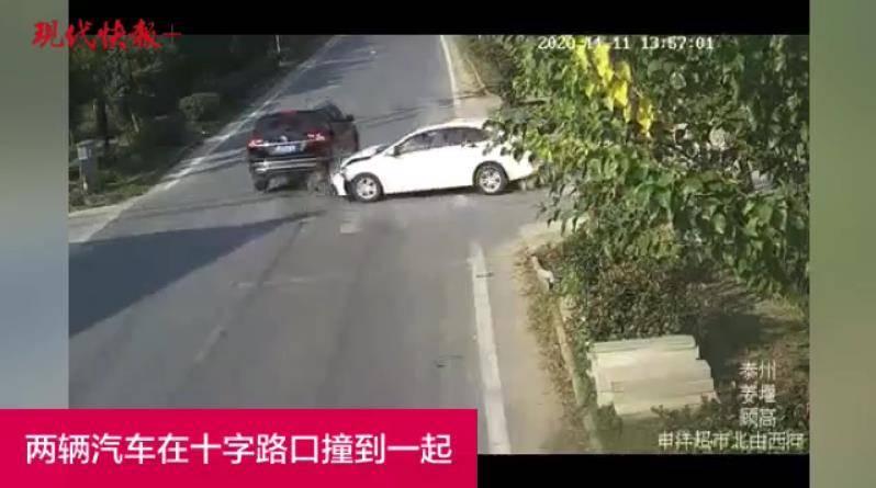 十字路口都没减速,两车互怼损失惨重
