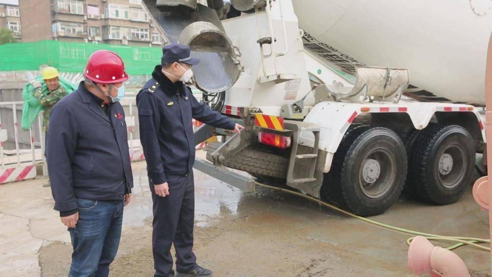 空气重污染黄色预警,行政执法部门加强对施工工地检查力度