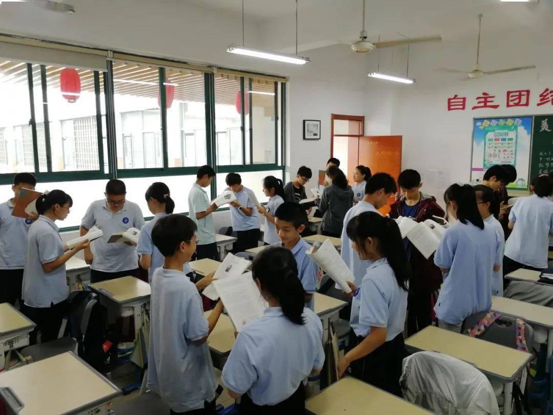 给学生排座位导致家长不满,杭州这位老师研究多年手绘一张座位调整图!学霸到底坐在哪一排?